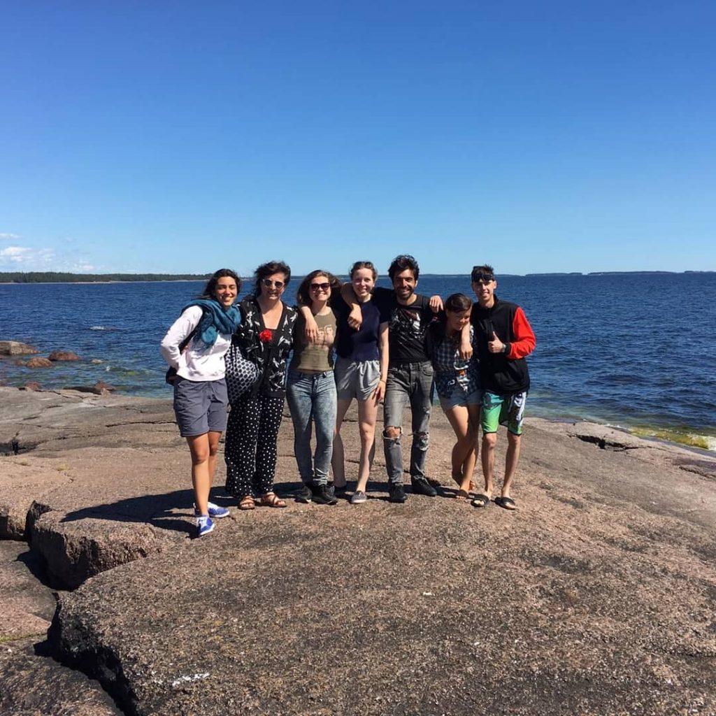 ryhmäkuva, iloisia ihmisiä, merenranta, kallio
