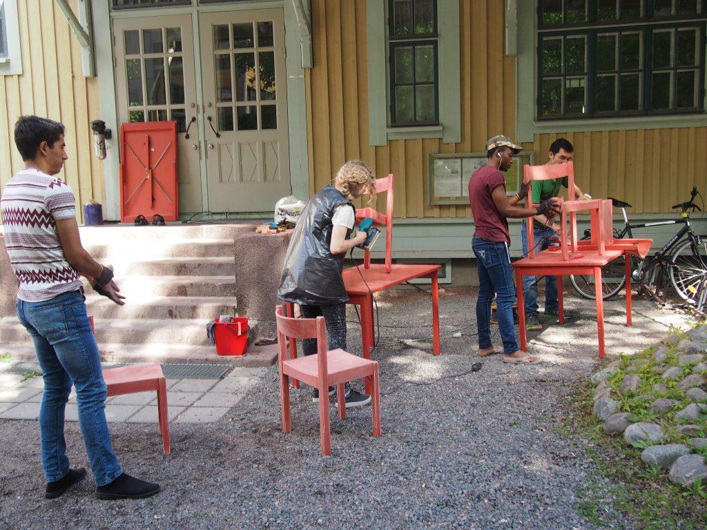ihmisiä hiomassa Rauhanaseman tuoleja