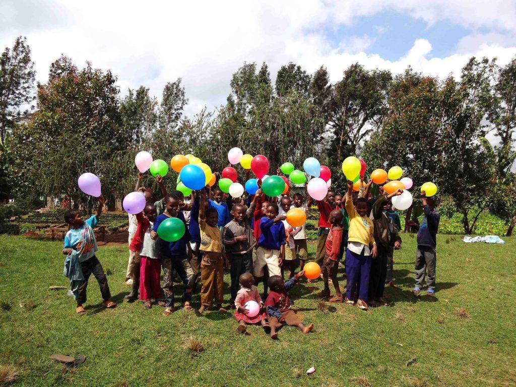 lapsia, ilmapalloja
