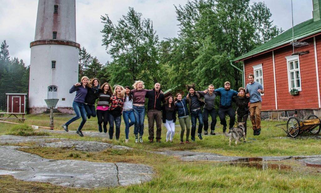 KVT:n jäseniä hyppää ilmaan