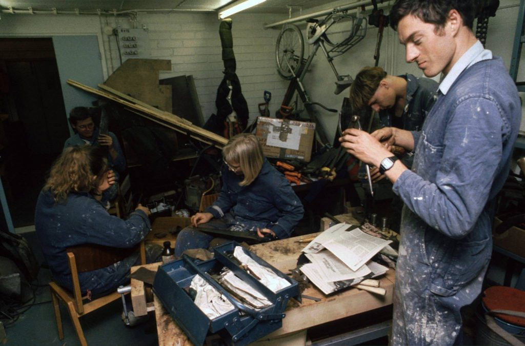 työkaluja, paljon ihmisiä, sisätila