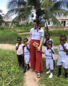 Vapaaehtoinen lasten kanssa ulkona