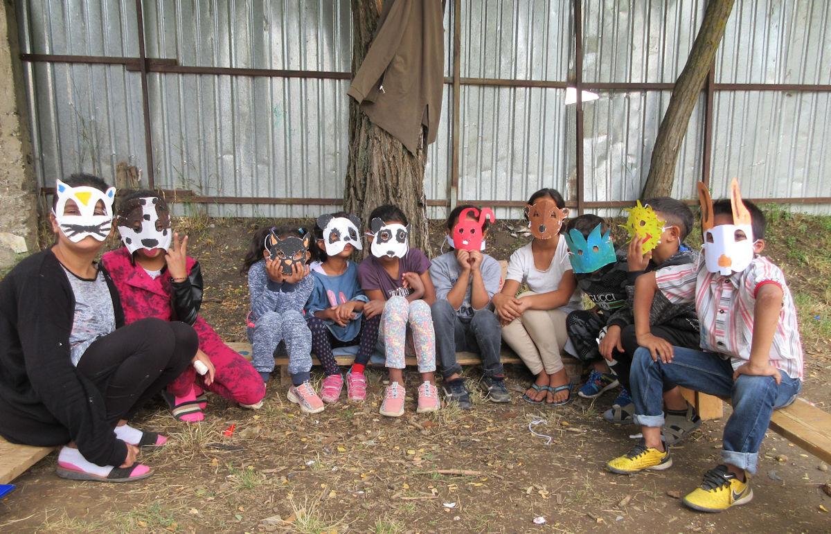 Lapsia istumassa eläinnaamareissa