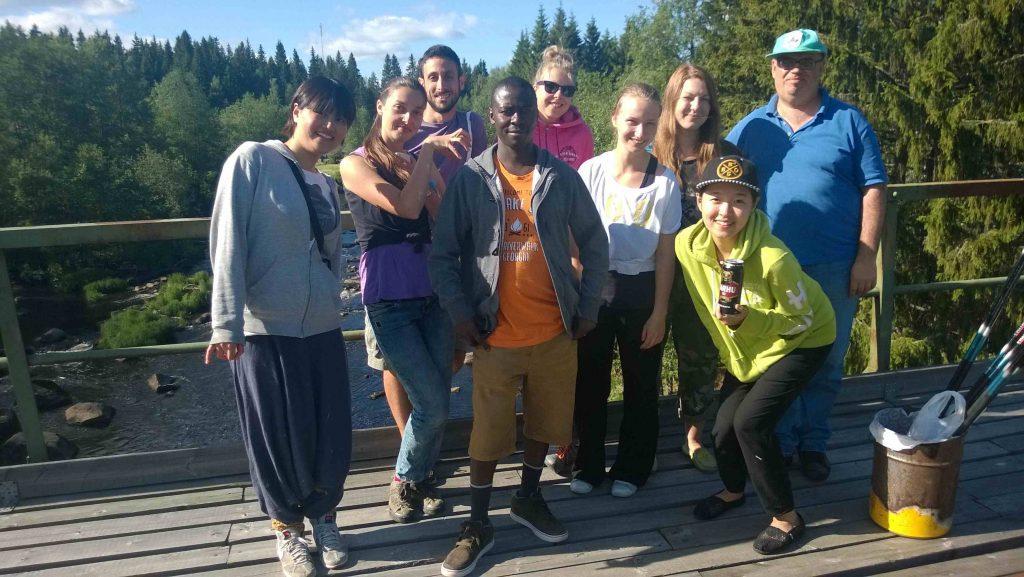 ryhmä ihmisiä sillalla poseeraa kameralle