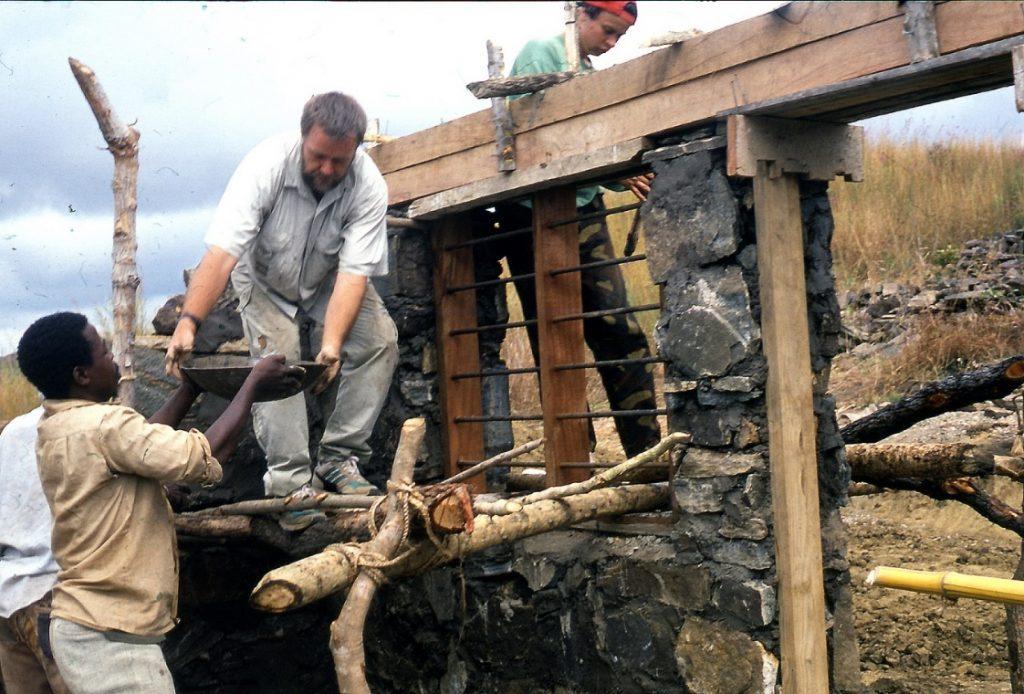 Suomelaiset ja tansanialaiset vapaaehtoiset kantavat rakennuskiviä