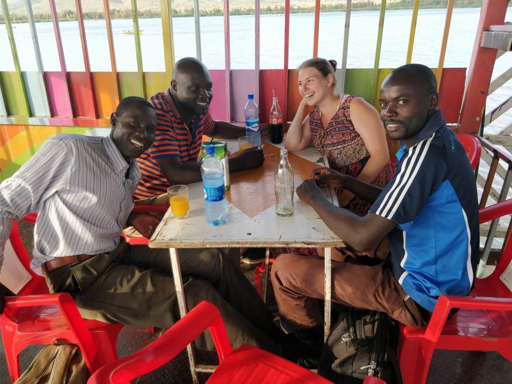 Neljä ihmistä kahvilassa Keniassa